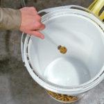 PIG® – Kit secchio Roof Leak Diverter applicazione 2